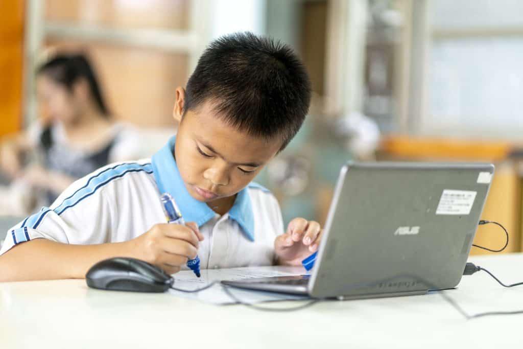 屏東縣六合國小使用均一教育平台進行差異化教學,班上的男同學正使用數位載具進行學習。