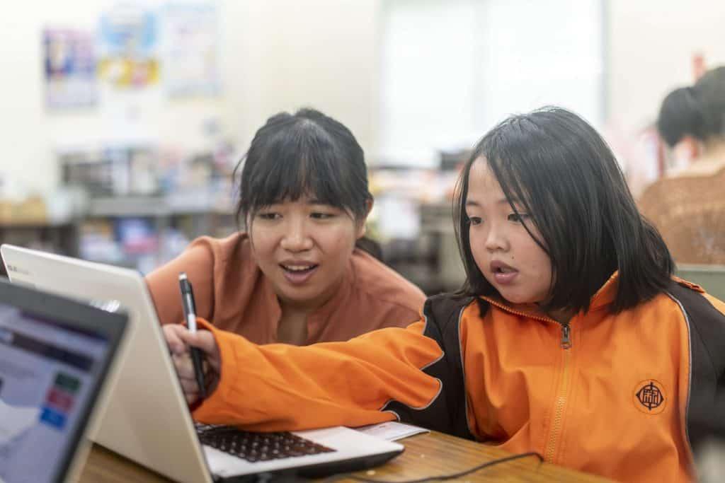 環宇文教基金會課輔班在課堂中導入均一教育平台,圖為課輔班上課時,孩子在關心與陪伴的環境下,養成穩定使用數位工具學習的好習慣!