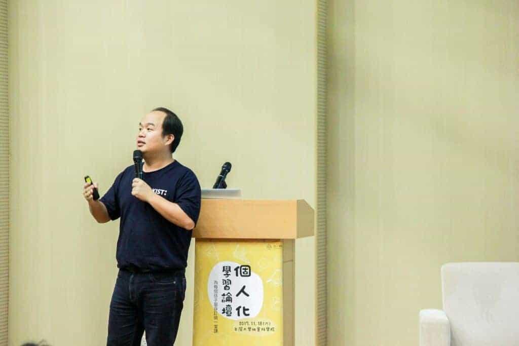 施信源校長在「個人化學習論壇」的講台上,向大家分享自己的經驗。