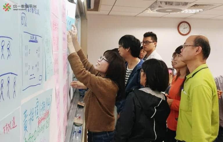老師們將寫有優點及困難的紙,張貼至海報紙上。